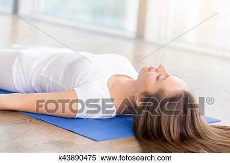 クローズアップ の 若い女性 中に 死んだ ボディ ポーズを取りなさい ストックフォト/写真素材
