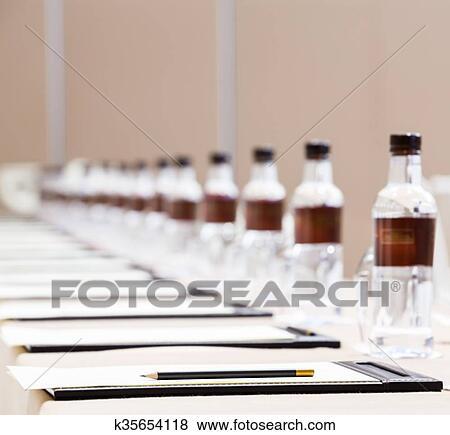 Bilder pressekonferenz zimmer gedeckter tisch for Zimmer tisch