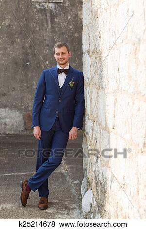 new product c3cc2 4d554 Bello, sposo, in, uno, abito blu Archivio Fotografico