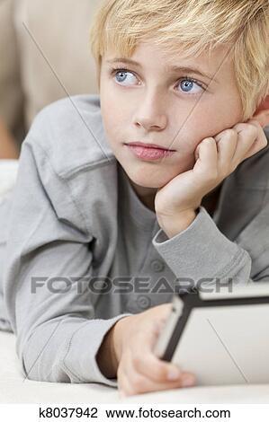 Blondes Haar Blaue Augen Junge Kind Gebrauchend Tablette Edv Stock Bild