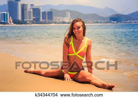 Archivio Fotografico - biondo, magro, ragazza, in, bikini, marche ...