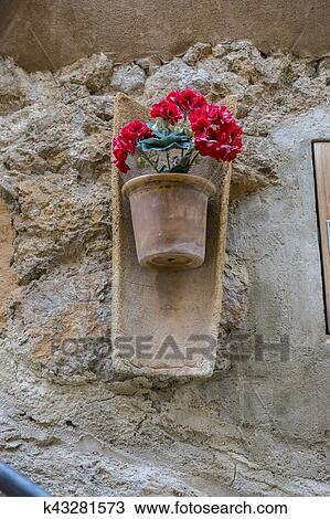 Banque De Photo Pots Accrocher Dessus Mur A Fleurs Dans Ville