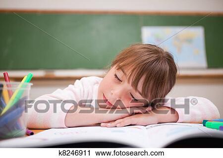 Banques de photographies écolière dormir sur a bureau
