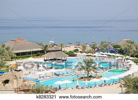Stock fotografie zwembad met snackbar en strand dubai uae k8283321 zoek stockfoto 39 s - Zwembad met strand ...