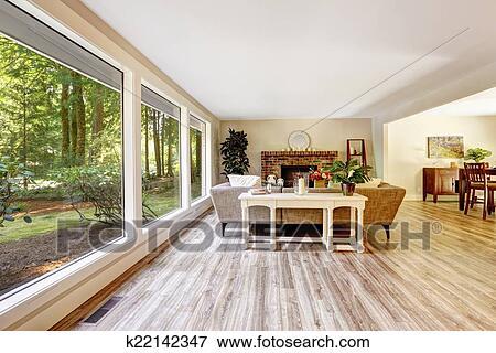 Immagine spazioso luminoso soggiorno con parete vetro