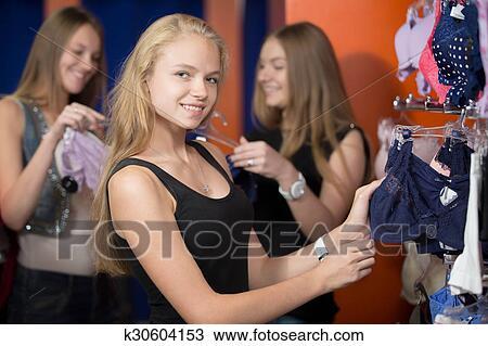63a9d49a53d6 Mujeres jóvenes, en, lenceria, tienda Colección de foto