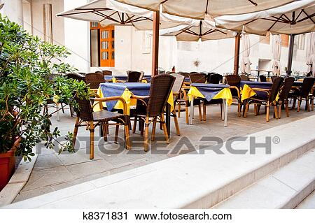 Banco de fotograf as restaurante al aire libre k8371831 for Banco de paletas al aire libre