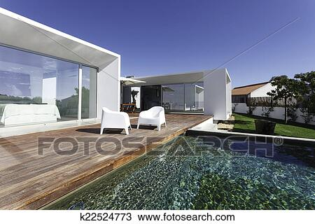 Giardini Moderni Con Piscina : Archivio fotografico moderno casa con giardino piscina e