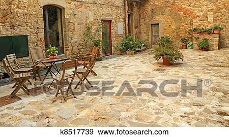 Stock Fotograf Gepflastert Rustikal Terrasse In Toscana