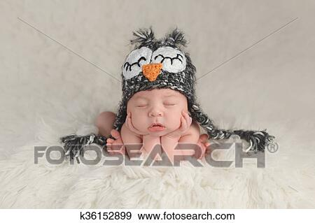 Stock fotografie pasgeboren baby jongen vervelend een uil