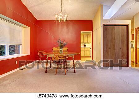 Groß, esszimmer, mit, rote wand, und, klein, holz, tisch. Stock Foto