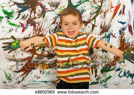 Stock fotografie vrolijke schilder kind jongen k zoek