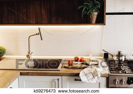 Tablero de madera, con, cuchillo, tomates, en, moderno, cocina, encimera,  cerca, granito, fregadero, y, acero, faucet., cocina, comida., elegante, ...