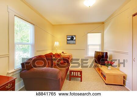 Piccolo semplice soggiorno con tv e sofa archivio immagini