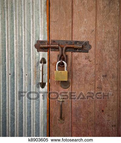 برميل البيت قفل الباب معرض الصور الفوتوغرافية K8903605 Fotosearch