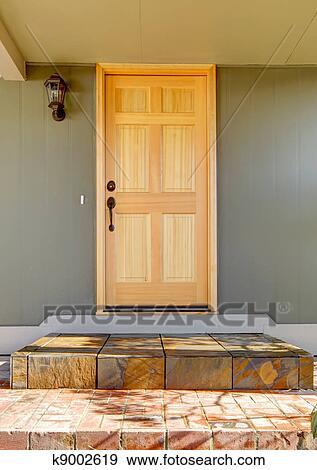 Eingangstür, licht, holz, mit, grünes haus, schließen, auf. Stock Foto
