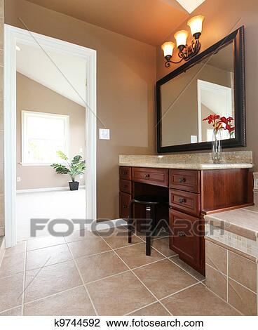 Stock Foto - bruine, badkamer, binnenste, met, opmaken, bureau, en ...