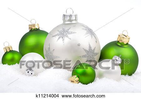 Christbaumkugeln Kariert.Christbaumkugeln Mit Schnee Weiß Und Grün Auf A Weißer Hintergrund Mit Kopieren Platz Bild
