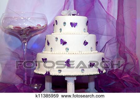 stock fotograf hochzeit kuchen mit lila schmetterlinge k11385959 suche stock fotografie. Black Bedroom Furniture Sets. Home Design Ideas