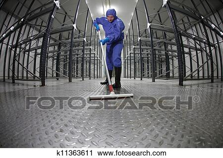 Stock fotografie arbeiter putzen boden lagerhaus for Boden putzen