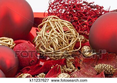 Weihnachtsdeko Auf Teller.Roter Teller Mit Rot Kerzen Und Weihnachtsdeko Freigestellt Weiß Hintergrund Stock Foto