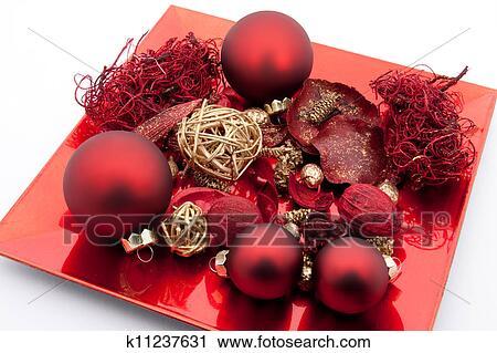 Weihnachtsdeko Auf Teller.Roter Teller Mit Weihnachten Kugeln Und Weihnachtsdeko Freigestellt Weiß Hintergrund Stock Bild