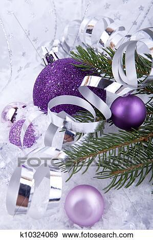 Weihnachtsdeko Lila Silber.Schön Weihnachtsdeko In Lila Und Silber Weiß Schnee Stock Foto