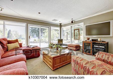 Soggiorno, con, rosso, divano, beige, pareti, e, molti, windows. Immagine