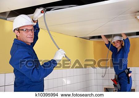Stock Foto   Zwei, Elektriker, Arbeiten, Falsch, Decke