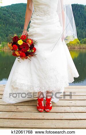 Sposa Scarpe Rosse.Sposa E Scarpe Rosse Archivio Fotografico K12061768 Fotosearch
