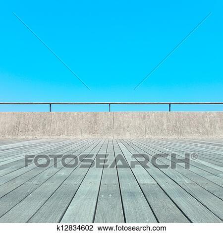 Stock Foto Balkon Holzlatte Boden Beton Zaun Blau Sky