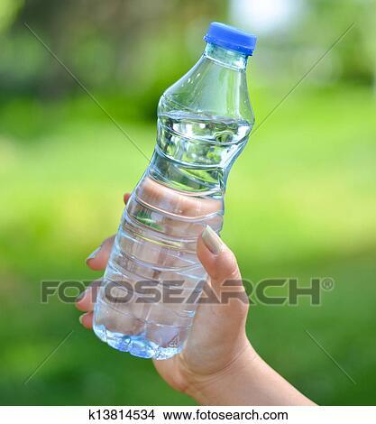 Donna Titolo Portafoglio Mano Bottiglia Acqua Contro Sfondo
