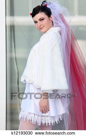 tecnicas modernas salida de fábrica volumen grande Hermoso, joven, novia, llevando, en, cortocircuito, vestido blanco, y, rojo  y blanco, velo Colección de imágen
