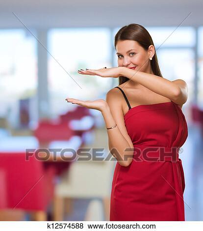 Images Jeune Femme Projection Main Trouée K12574588