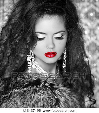 stock bilder rote lippen sch ne frau in luxus pelz coat schwarzes wei es foto k13437496. Black Bedroom Furniture Sets. Home Design Ideas
