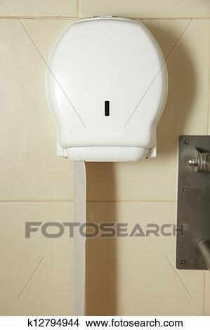 Stock Foto Kasten Mit Toilettenpapier Auf Wand In Badezimmer