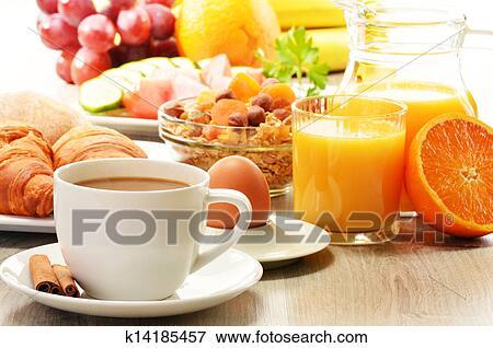 Petit Déjeuner à Café Jus Orange Croissant Oeuf Légumes Et Fruits Banque De Photo