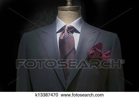 Primo piano, di, uno, grigio, giacca, con, bianco & blu, checkered, camicia, strisce, cravatta, e, marrone, fazzoletto, su, nero, fondo., percorso