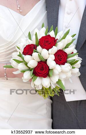 rose rouge et tulipe blanche bouquet mariage banque de. Black Bedroom Furniture Sets. Home Design Ideas