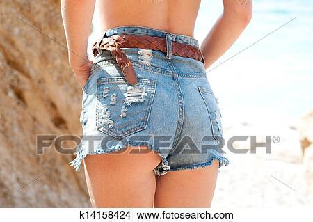 sehr kurze blonde frauen, in jeans