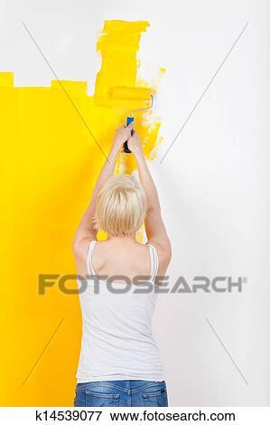 Femme Peinture Mur Jaune Banque De Photo
