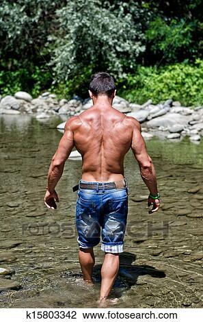 Séduisant, jeune, homme main, marche, dans, eau, étang, vu