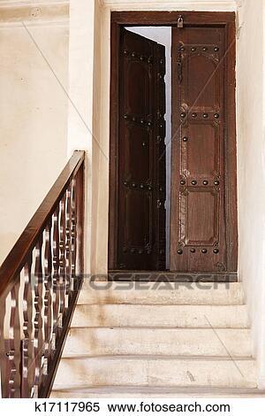 Treppenaufgang Tür stock bild stein treppenaufgang und hölzerne tür angelehnt