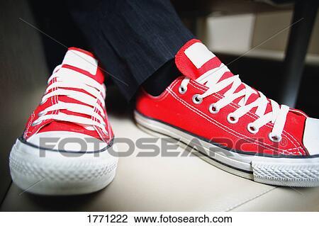 4f07a5a42d8 Ζευγάρι, από, κόκκινο, πάνινα παπούτσια Στόκ Εικόνων | 1771222 ...