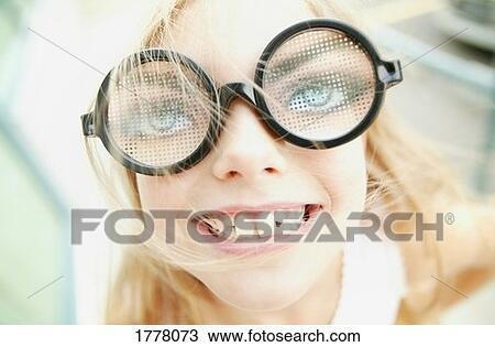 Jeune Fille A Lunettes Droles Banque D Image 1778073 Fotosearch