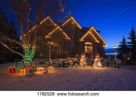 Weihnachtsbeleuchtung Für Draußen.Draußen Weihnachtsbeleuchtung Auf Haus Stock Foto