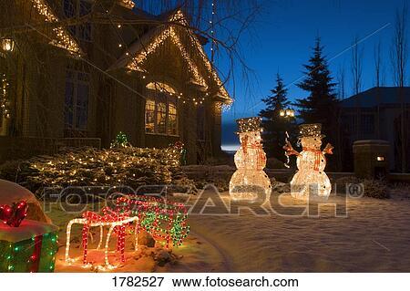 Luci natale e snowmen esterno casa archivio fotografico