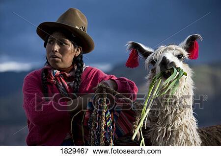 Peruviano donna in abbigliamento tradizionale con lama in
