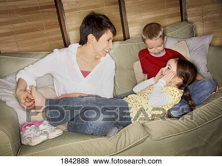 Images maman chatouiller fille pieds 1842888 recherchez des photos des images des - Foto garcon ans ...