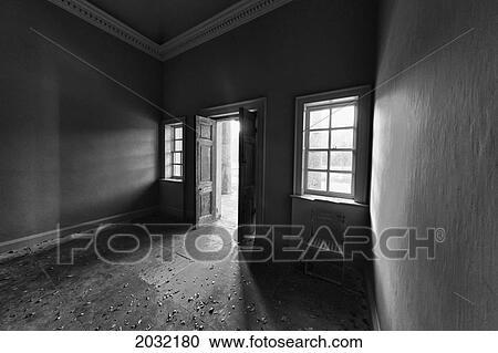 Luz, brillar, en, un, cuarto oscuro, por, un, abierto, door;, yorkshire  norte, inglaterra Colección de imágen